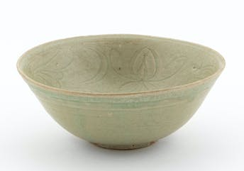 CHINESE ROUND CELADON BOWL, INCISED FLORAL MOTIF_64761a_8d8a82a08b51394_lg.jpeg